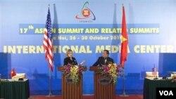Menlu AS Hillary Rodham Clinton melakukan jumpa pers bersama Menlu Vietnam Pham Gia Khiem pada KTT ASEAN di Hanoi hari ini.