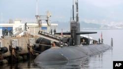 美国旧金山号核动力潜艇在韩国海军基地停泊,准备参加美韩军演