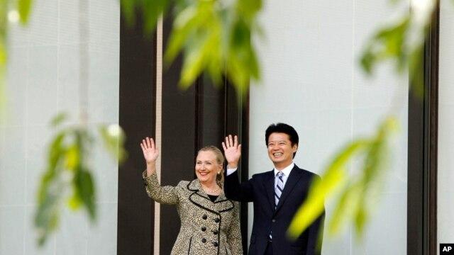 Ngoại trưởng Hoa Kỳ Hillary Rodham Clinton (trái) và Ngoại trưởng Nhật Koichiro Gemba