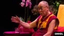 El líder espiritual tibetano Dalai Lama visita desde hace varios años la Clínica Mayo para chequeos regulares.