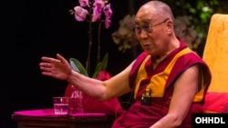 """达赖喇嘛2015年9月20日在伦敦大剧院庆祝""""印度日""""活动中回答观众提问。"""