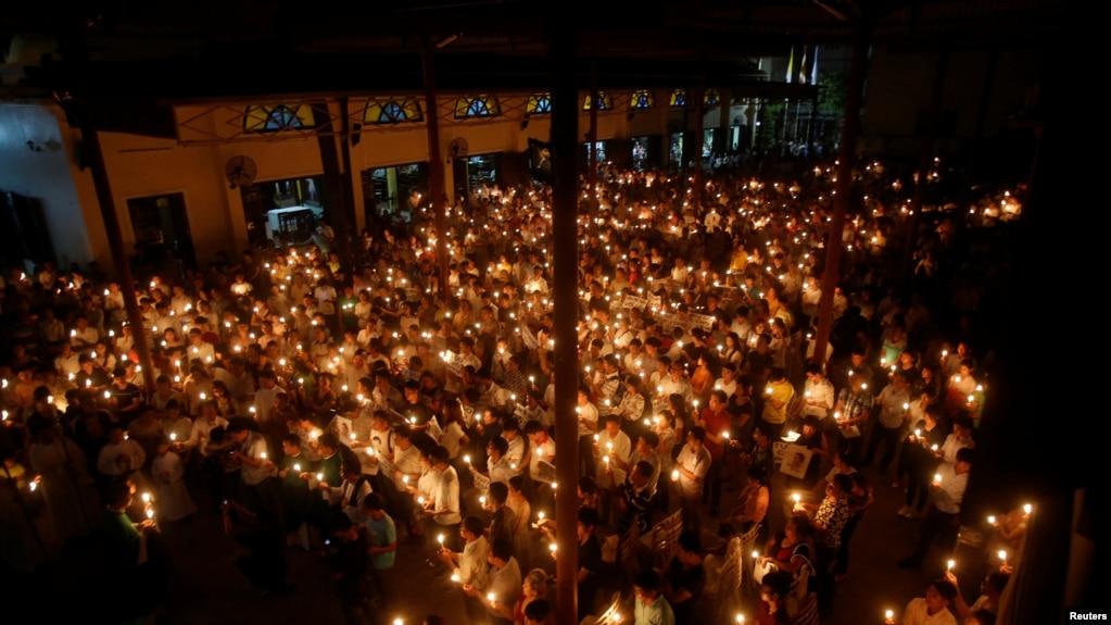 Tư liệu - Giáo dân thắp nến cầu nguyện trong phiên xét xử hai nhà hoạt động Nguyễn Hữu Vinh và Cấn Thị Thêu tại Nhà thời Thái Hà ở Hà Nội, Việt Nam, ngày 18 tháng 9, 2016.