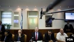 PM Israel Benjamin Netanyahu berbicara pada rapat kabinet di Yerusalem akhir pekan lalu mengenai paket insentif AS.