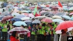 上海民众在一个公园里参加为防治乳腺癌而组织的慈善长跑活动。(2014年5月10日)