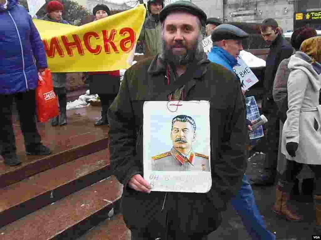 俄罗斯共产党集会上的斯大林支持者。(美国之音白桦拍摄)
