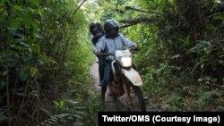 Un agent de l'OMS (Organisation mondiale de la Santé) transporté sur une moto dans la zone où a sévi une épidémie d'Ebola dans la province de l'Equateur, RDC, sur une photo publiée le 24 juillet 2018. (Twitter/OMS)