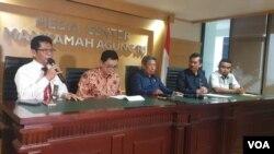 Ketua Umum PP IKAHI Suhadi bersama sejumlah pengurus saat menggelar konferensi pers di Gedung Mahkamah Agung, Jakarta, Senin (3/12). (Foto: VOA/Sasmito)