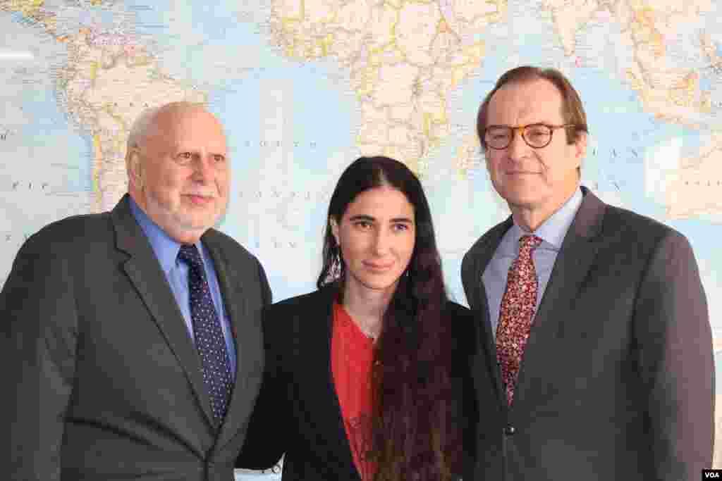 Yoani Sánchez junto a Dick Lobo, izquierda, director de IBB y David Ensor, director de la Voz de América.
