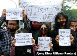 Mahasiswa memprotes RUU reformasi ketenagakerjaan pemerintah di Jakarta, Indonesia, 7 Oktober 2020. (Foto: REUTERS/Ajeng Dinar Ulfiana)