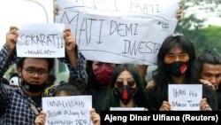 Mahasiswa memprotes Undang-undang Ketenagakerjaan di Jakarta, 7 Oktober 2020. (Foto: REUTERS/Ajeng Dinar Ulfiana)