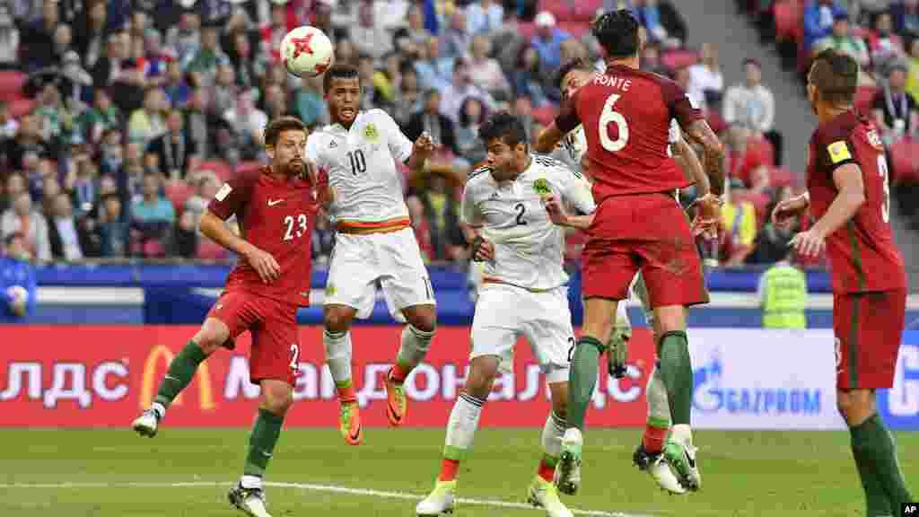 Hector Moreno, marque le deuxième but pour le Mexique lors d'un match entre le Portugal et le Mexique, au Kazan Arena, en Russie, le 18 juin 2017.