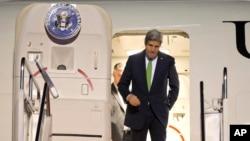 Ngoại trưởng Mỹ John Kerry bước ra khỏi máy bay sau khi đến Jakarta, Indonesia, 15/2/2014