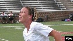 Abby Wambach mencetak dua gol ketika melawan Kosta Rika dalam perebutan tempat ketiga kualifikasi Piala Dunia Perempuan FIFA di zona CONCACAF.