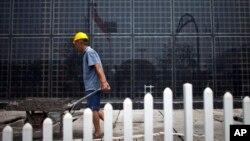 中国河北省保定太阳能电池板厂工人