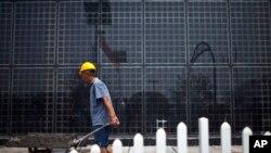ໂຮງງານຜະລິດ ແຜ່ນເກັບພະລັງຈາກແສງອາທິດ ຫຼື Solar panels ໃນ Baoding ຢູ່ທາງພາກເໜືອຂອງແຂວງ Hebei ຂອງຈີນ. ຈີນ ເປັນປະເທດທີ່ປ່ອຍມົນລະພິດ ທີ່ເຮັດໃຫ້ດິນຟ້າອາກາດ ປ່ຽນແປງ ທີ່ໃຫຍ່ທີ່ສຸດຂອງໂລກ ແມ່ນກຳລັງ ຮັບຮອງເອົາແຜ່ນເກັບພະລັງ ຈາກແສງອາທິດ ເພື່ອຕັດອອກ ການກາງຕໍ່ ພະລັງງານຈາກຖ່ານຫິນ.