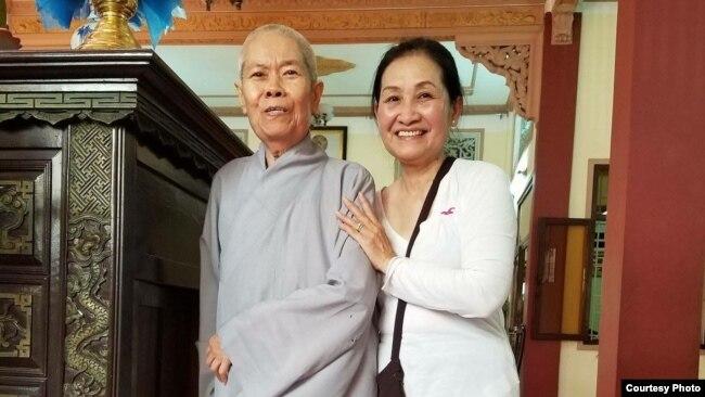 Bà Angel Phan (phải) đi thăm một ngôi chùa ở Việt Nam.