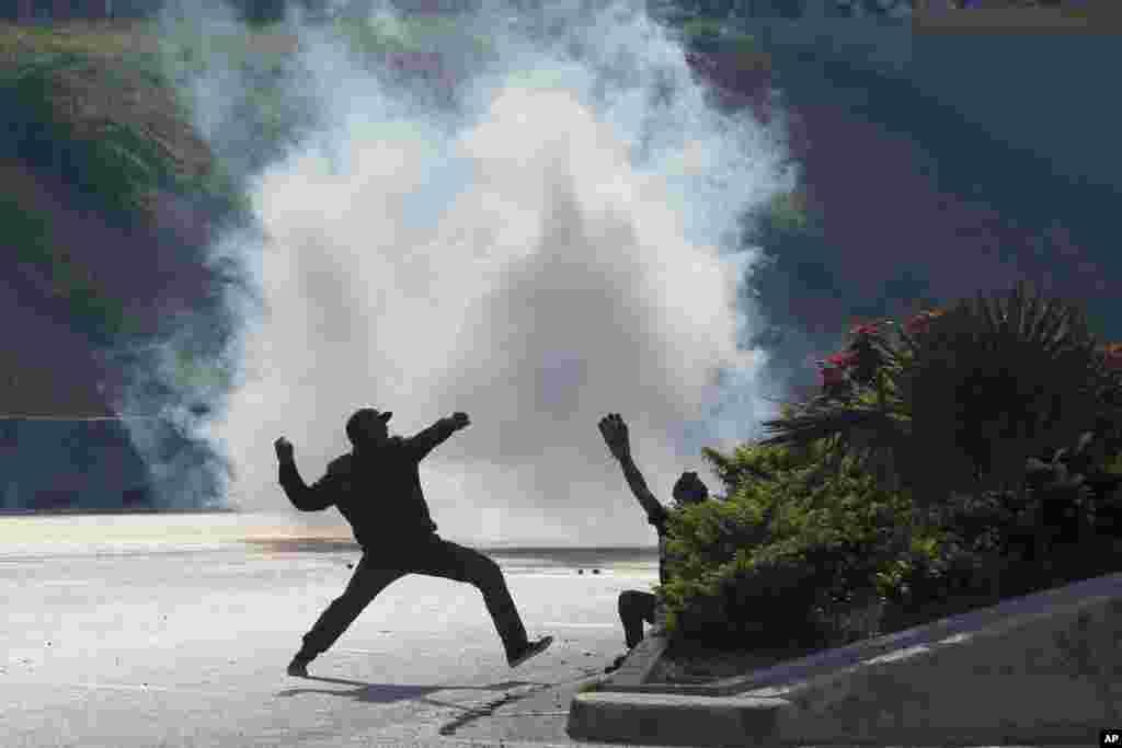 گزارش هایی از درگیری بین حامیان خوان گوایدو رئیس جمهوری موقت ونزوئلا و نظامیان حامی نیکلاس مادورو گزارش شده است.