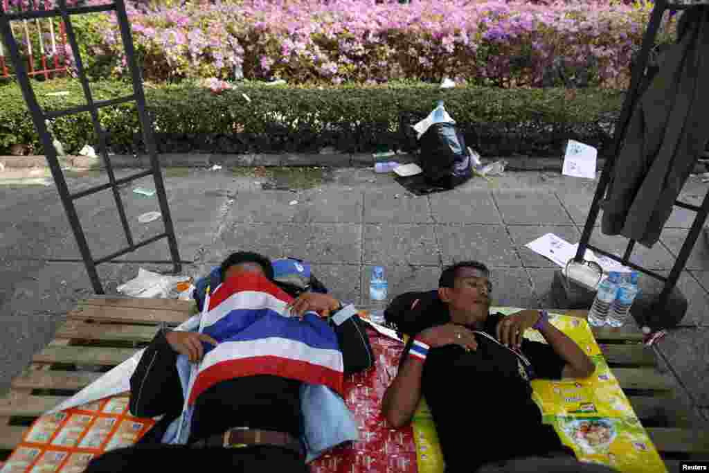 Anti-government protesters sleep outside the Government House in Bangkok, Dec. 10, 2013.