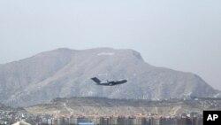 Фото: літак США відправляється з Кабульського аеропорту, 28 серпня 2021 року