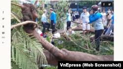 Hiện trường vụ tai nạn tại trường THCS Bạch Đằng, Quận 3, TPHCM. Ảnh chụp màn hình VnExpress.