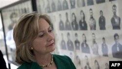 Ngoại trưởng Hoa Kỳ Hillary Rodham Clinto thăm nơi từng là trung tâm tra tấn của Khmer Đỏ ở thủ đô Campuchia, ngày 1/11/2010