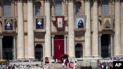 Paus Fransiskus menggelar kanoninasi untuk empat Santo baru di Lapangan Santo Petrus di Vatikan, 17 Mei 2015.