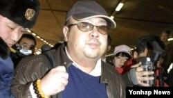 Ông Kim Jong Nam bị hai người phụ nữ, trong đó có công dân Việt Nam Đoàn Thị Hương, tấn công bằng chất độc thần kinh VX tại sân bay quốc tế Kuala Lumpur hôm 13/2.