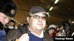 Kim Jong-nam, putra tertua pemimpin Korea Utara Kim Jong-il, di Bandara Internasional Beijing, China, Februari 2007 (Foto: dok).