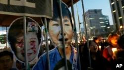ພວກປະທ້ວງ ເພື່ອການຟ້ອງຮ້ອງປະທານາທິບໍດີ Park Geun-hye ພາກັນເດີນຂະບວນສູ່ສະພາ ໃນຂະນະທີ່ມີການຈຸດທຽນໄວ້ອາໄລ ຮຽກຮ້ອງໃຫ້ຈັບກຸມທ່ານນາງໃນ ນະຄອນໂຊລ໌, ເກົາຫຼີໃຕ້, 11 ມີນາ, 2017.