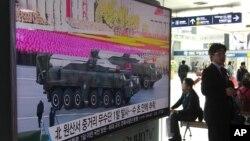 한국 서울역에 설치된 TV에서 28일 북한의 탄도미사일 발사 뉴스가 나오고 있다.
