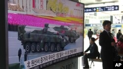 Televisi di sebuah stasiun kereta api di Seoul, Korea Selatan menayangkan berita seputar peluncuran misil Musudan Korea Utara (Foto: dok).