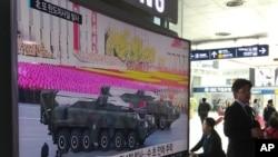 4月28日,南韓首爾一名市民在地鐵站觀看電視報導平壤閱兵儀式上出現的導彈消息。