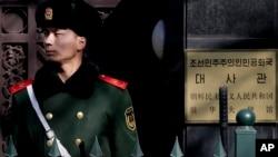 북한이 장거리 로켓을 발사한 지난 7일, 베이징 주재 북한 대사관 주변에서 중국 공안이 경계 근무 중이다.