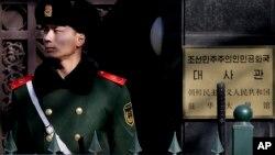 지난 2월 베이징 주재 북한 대사관 앞에서 중국 공안이 경비근무를 하고 있다. (자료사진)