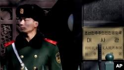 북한이 장거리 로켓을 발사한 지난 7일, 베이징 주재 북한 대사관 주변에서 중국 공안들이 경계 근무 중이다. (자료사진)
