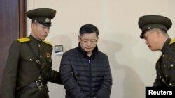 هئون سو لیم کشیش کانادایی دستگیر شده در کره شمالی در حال انتقال به دادگاه - دسامبر ۲۰۱۵