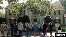 Fans de Elvis visitan la mansión de Elvis Presley en el 40 aniversario de su muerte. Memphis, Tennessee, el 14 de agosto de 2017.