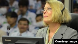 Expert Ms. Elizabeth Becker, journalist and author, giving testimony before the Extraordinary Chambers in the Courts of Cambodia in Case 002/02 against Nuon Chea and Khieu Samphan on 9 February 2015. (Courtesy of ECCC/Nhet Sok Heng)