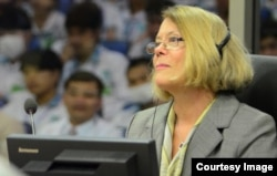 FILE-Expert Ms. Elizabeth Becker, journalist and author, giving testimony before the Extraordinary Chambers in the Courts of Cambodia in Case 002/02 against Nuon Chea and Khieu Samphan on 9 February 2015. (Courtesy of ECCC/Nhet Sok Heng)