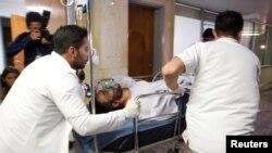 Le joueur brésilien Alan Luciano Ruschel du club de Chapecoense arrive à l'hôpital après le crash de l'avion à Antioquia, au centre de la Colombie, le 29 novembre 2016.