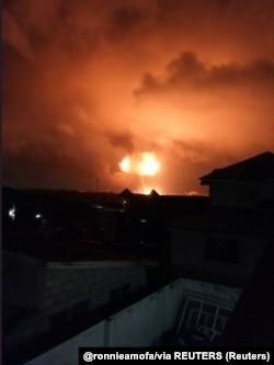 Bola de fogo na atmosfera em resultado da explosão numa estação de gás natural em Acra, Gana, a 7 de Outubro 2017. (@ronnieamofa/via REUTERS)