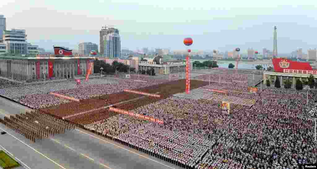 북한이 6일 대륙간탄도미사일(ICBM)급으로 평가받는 '화성-14' 시험발사 성공을 기념해 평양 김일성광장에서 평양시군민연환대회를 열었다.
