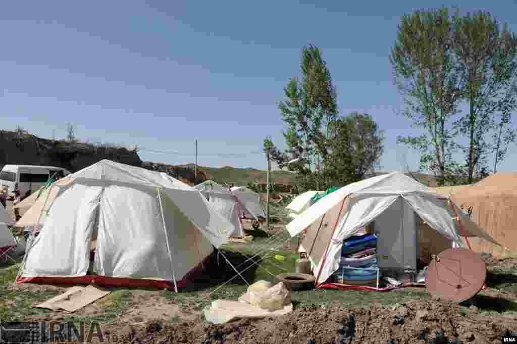 منطقه زلزله زده سفید سنگ در فریمان خراسان. ۲۰ روز گذشته و مردم در چادر بسر می برند. عکس: علی کریمی