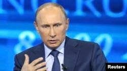 2013年4月25日俄罗斯总统普京在莫斯科发表讲话时回答问题。