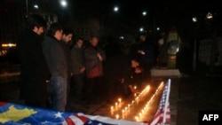 Kosovë: Qytetarët ndezin qirinj për ushtarët amerikanë të vrarë në Gjermani