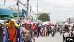 FILE: Workers of garment factories along the Confederation de la Russia Boulevard in Phnom Penh come out during their lunch break. (Khan Sokummono/VOA Khmer)