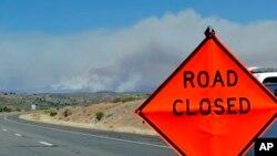 Un incendio forestal cerca de Mayer, Arizona, ha forzado al cierre de una carretera.