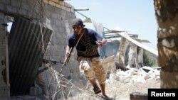 유엔이 지원하는 시리아 친정부군 병사가 지난 31일 시르테에서 이슬람 수니파 극단주의 무장조직 ISIL과의 교전 중 중 몸을 숨기기 위해 달리고 있다. (자료사진)
