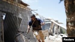 Borac libijskih snaga - saveznika vlade koju podržavaju UN - tokom bitke sa borcima Islamske države