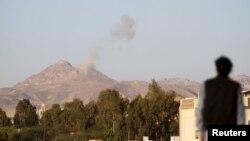2015年3月30日空襲後薩那附近軍營的煙霧
